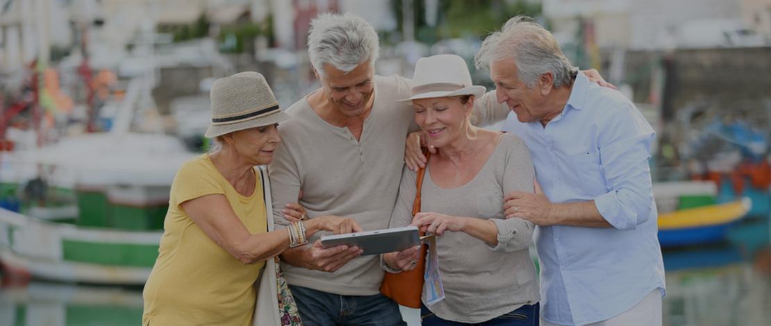 seniors utilisant tablette