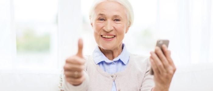 femme senior avec son smartphone