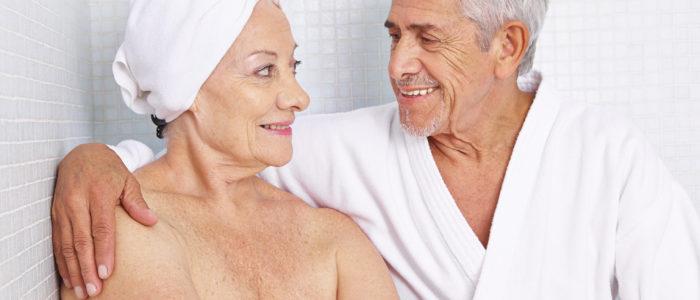 seniors dans salle de bain
