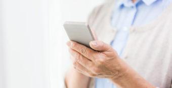 senior utilisant un smartphone